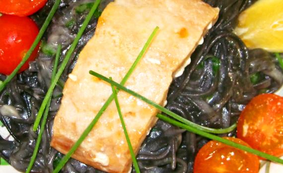Schwarze Pasta mit Lachs und Kirschtomaten