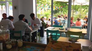 Blick auf die Terrasse Cafe Bar GRUENEN Mittagstisch in Stuttgart-Nord